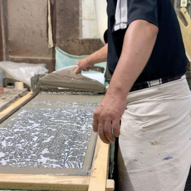 ▷注染の手ぬぐい  明治時代に大阪で生まれた「注染(ちゅうせん)」という伝統技法で染められた手ぬぐいです。多くの工程を職人が手作業で行うので、一つとして同じものは存在しません。繊細でやさしいぼかしやにじみ、あたたかみのある風合いをお楽しみください。洗うたびに色合いは柔らかさを増し、肌触りもよくなります。 「注染手ぬぐい にじゆら」を展開されている株式会社ナカニさんに作っていただいてます。滲みやぼかしなど、手染めならではのあたたかみをお楽しみください☺︎  #seisuke88 #seisuke88kyoto #madeinjapan #日本製 #kyoto #京都 #japanesepattern #椿 #網干に千鳥 #万寿菊文 #花鳥丸文 #秋草 #百華 #注染手ぬぐい #注染手拭い #注染てぬぐい #注染染め #にじゆら #ナカニ #手拭い #てぬぐい #手ぬぐい #滲み #ぼかし #手ぬぐいのある暮らし
